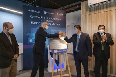 El Gobernador de Guanajuato, Diego Sinhue Rodríguez Vallejo, y el Director General de Hannover Fairs México, Bernd Rohde, en la develación de la placa de inauguración de las oficinas de Hannover Fairs México en León, Guanajuato